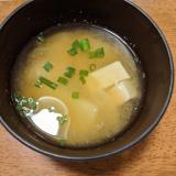 じゃがいもと玉ねぎと豆腐の味噌汁