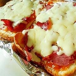 ミートソースで、ハムチーズのせピザトースト♪