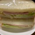 レタスとハムとチーズのサンドイッチ
