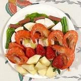 カマンベールチーズ、いちご、海老のおつまみサラダ