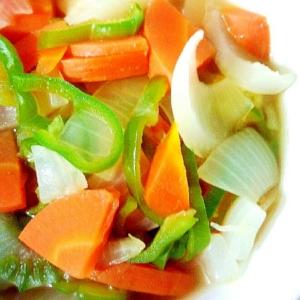 タマネギ、にんじん、ピーマンの具沢山野菜スープ