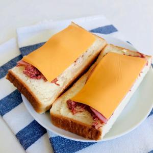 コンビーフマヨとハムチーズのオープンサンド♪