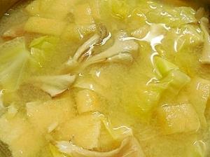 マイタケとキャベツ油揚げの味噌汁