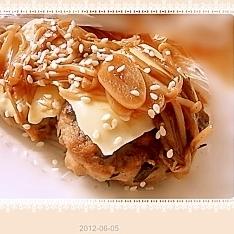 えのきの甘辛ソースの和風チーズハンバーグ