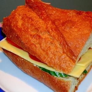 バゲットでボリューム満点♪チーズサンドイッチ