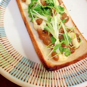 納豆とカイワレ大根のトースト