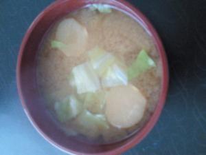 キャベツとお麩のお味噌汁