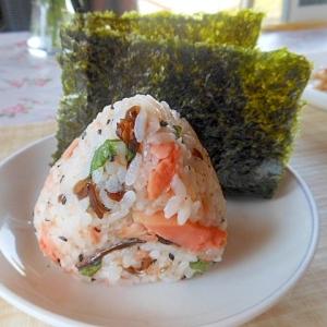 鮭フレーク+きくらげ明太+胡麻+大葉のおにぎり