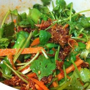 牛筋の韓国風佃煮とにんじんパクチーのサラダ