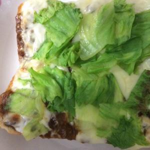 カレーとチーズとレタスのトースト