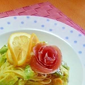 アボカドとレモンの冷製パスタ・バラの花の生ハム添え
