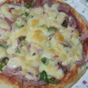 ベーコンと蟹カマと玉ねぎとピーマンのピザ☆