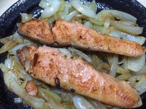 鮭と玉ねぎのバター醤油焼き