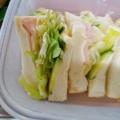 ハムとクリームチーズとレタスのサンドウィッチ