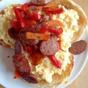 卵とチョリソー野菜炒め乗せイングリッシュマフィン