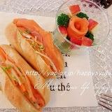 プチパンでおいしい☆スモークサーモンサンドとサラダ