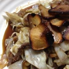 牛肉とキャベツの炒め物、ニンニクチップのせ