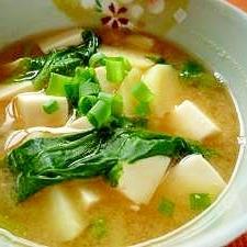 豆腐と新じゃがいもとほうれん草の味噌汁
