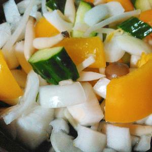 キュウリ新玉ねぎ黄色パプリカのサラダ
