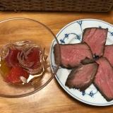 ローストビーフの紫玉ねぎとトマトのポン酢ソースがけ