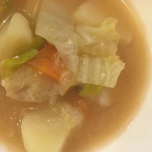 人参とじゃがいもと白菜と油揚げの味噌汁