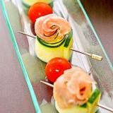 ズッキーニと生ハムで簡単♪巻くだけ華やかバラサラダ