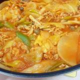 簡単トマト鍋(^^)豚肉+大根+シメジ+キャベツ♪