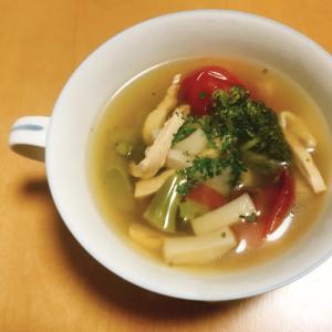 鶏むね肉とたっぷり野菜のコンソメスープ