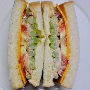 アスパラツナソースとトマトのサンドイッチ