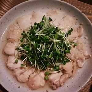 レンジで簡単☆鶏ムネ塩麹のかいわれ大根のせ