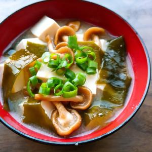 なめこと豆腐と生ワカメの味噌汁