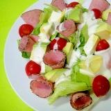 アボカドとペッパーソーセージのグリーンサラダ
