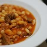 トルコ家庭料理:牛肉と白いんげん豆のトマト煮込み