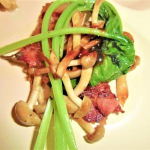 ベーコンと小松菜、しめじの炒め物
