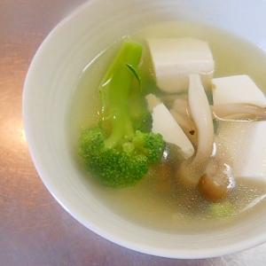 ブロッコリー、しめじ、豆腐のコンソメスープ