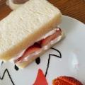 子供と作る簡単デザート、食パンでいちごサンド。