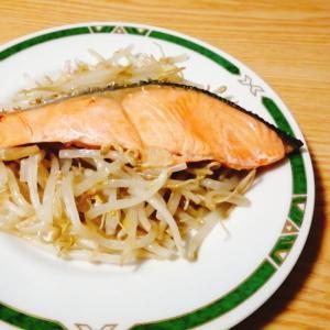 包丁やまな板なしで簡単☆鮭ともやしのフライパン蒸し