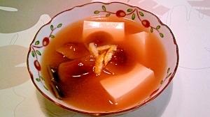 なめこと豆腐の味噌汁、柚子を添えて