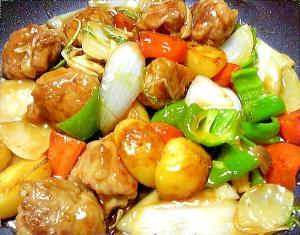 薄切り肉を丸めて食べやすい野菜たっぷり酢豚
