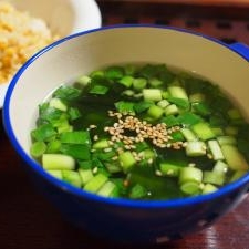 たっぷりワカメとニラの中華風スープ