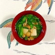 にら、木綿豆腐、なめこのお味噌汁