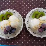 バニラアイスと冷凍フルーツのメイプルシロップがけ