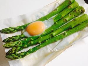 トースターで作るアスパラ蒸し焼き半熟卵乗せ