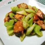 セロリと鮭の粒マスタード炒め