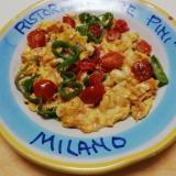 カニかまとプチトマトとピーマンのチーズスクランブル