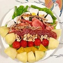 カマンベールチーズと果物のおつまみサラダ
