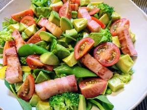 具材たっぷりの彩りサラダ