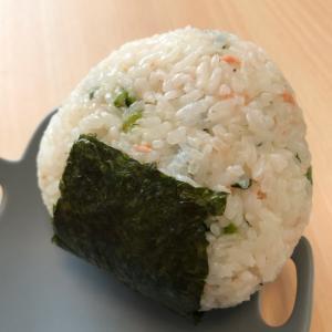 彩り鮮やか♪鮭と小松菜とチーズのおにぎり