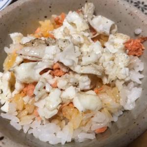鮭フレークと卵白炒り卵の卵ごはん