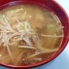 鶏肉、きのこ、キャベツの中華スープ